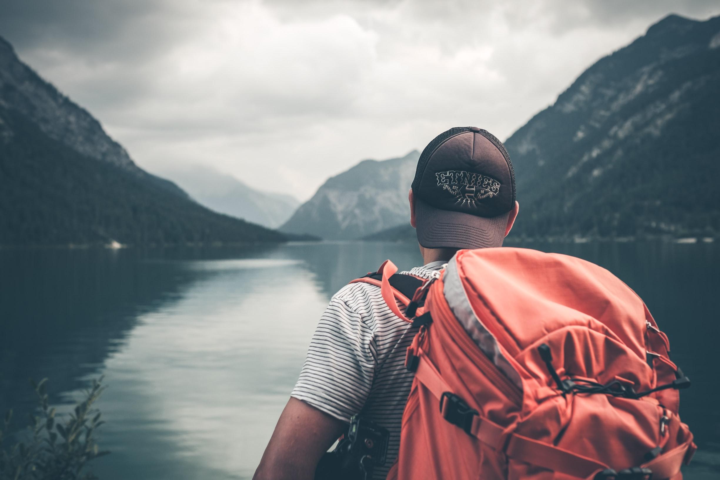 utazó férfi hátizsákkal